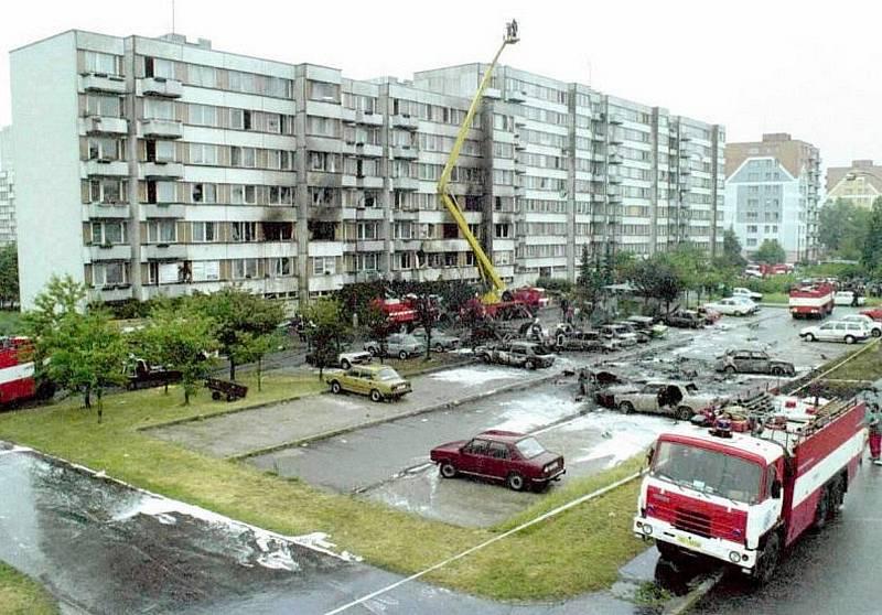 V pondělí 8. června 1998 se dvě vojenské stíhačky srazily v mracích nad Českými Budějovicemi. Jejich trosky dopadly na sídliště Vltava. A rozpoutalo se peklo.