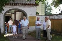 Ještě před třiceti lety tu stálo skoro čtyřicet domů a přebývalo kolem 150 lidí. Dnes už byste zde ovšem hledali známky života marně. Křtěnov je jednou ze zaniklých obcí, které byly vysídleny kvůli ochrannému pásmu elektrárny Temelín.