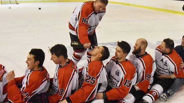 MISTŘI. Hokejisté Strakonic ovládli dlouhodobou část krajské ligy a takto se radovali z mistrovského titulu.