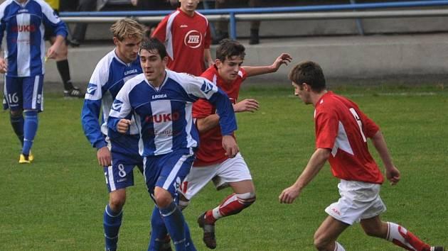 František Bambule (v popředí) dal za strakonickou farmu Dynama v divizním derby s Milevskem důležitý první gól.