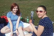 Dvacetileté studentky Přírodovědecké fakulty Jihočeské univerzity Klára Koutská (vlevo) a Daniela Hofmannová si v úterý dopřály piknik na Sokolském ostrově v Českých Budějovicích.