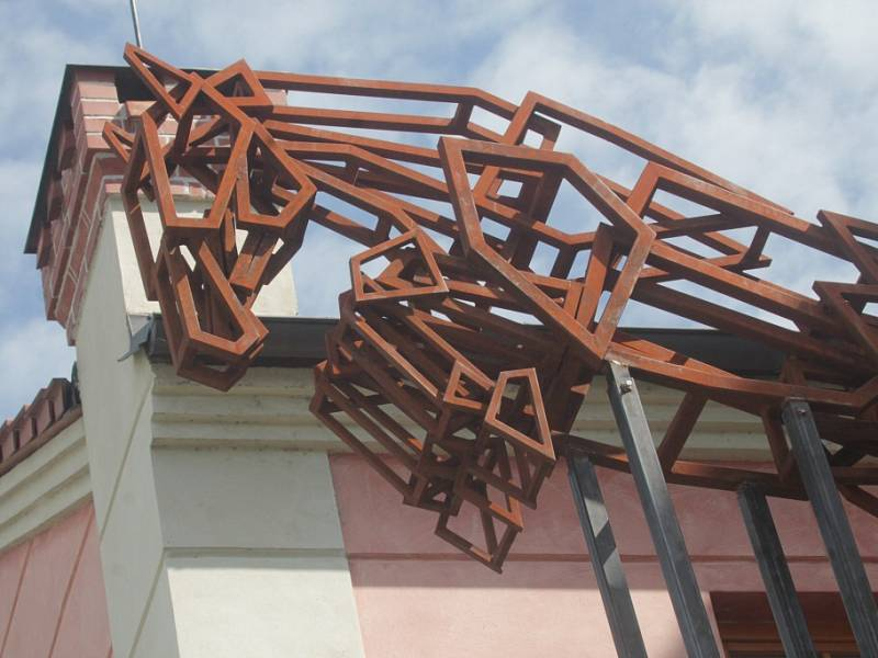 Sochařská výstava Umění ve městě začala v Českých Budějovicích. Zapojilo se 13 autorů, vystavují přes dvě desítky prací. Open air expozice se letos rozšířila do Hluboké nad Vltavou a Veselí nad Lužnicí. Na snímku dílo Kůň, autor Jakub Flejšar.