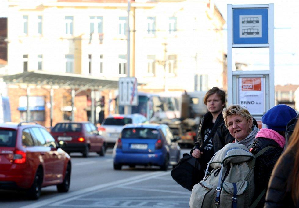 V pondělí začala výluka na trati z Českých Budějovic směrem na Prahu.Cestující musejí vlaky vyměnit za autobusy. Snímek je z českobudějovického vlakového nádraží.