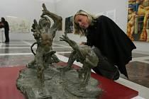 Vedle malby, kresby , ilustrace lze zhlédnout také sochařskou tvorbu.  Na snímku plastika  Petera Orieška.