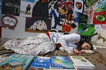 Zhruba 1500 dětských prací na téma V knize ukryté nabízí výstava v zámecké jízdárně na Hluboké, v prostorách Alšovy jihočeské galerie. Potrvá do 29. dubna. Na snímku z vernisáže jedna z žaček ZUŠ Piaristická jako literární automat.