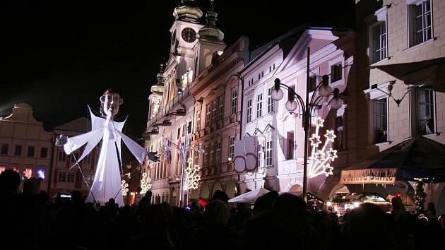 Velký anděl Divadla Kvelb na českobudějovickém náměstí.
