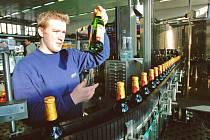 Od roku 1991 investoval Budějovický Budvar do své modernizace asi 3,5 miliardy korun. Nový etiketovací stroj například dokáže ubalit 60 kartonů po 20 lahvích za minutu.