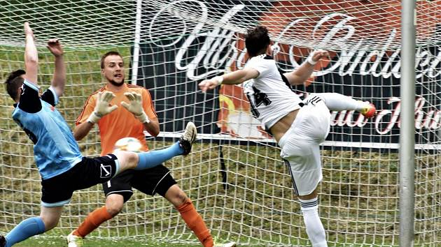 Roman Wermke střílí v úvodním přípravném utkání Dynama s Berounem (7:0) první gól prvoligového nováčka.