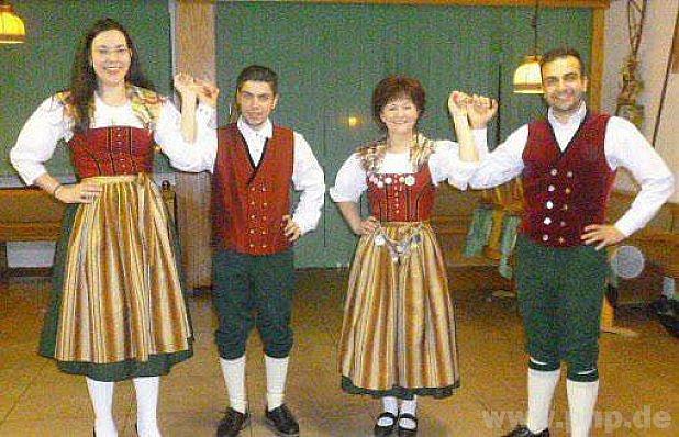 Mladí Syřané v bavorských krojích.