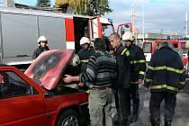 Požár osobního vozu, ke kterému došlo v sobotu před polednem u vchodu do českobudějovického hřbitova Otýlie, zvládli lidé uhasit před příjezdem hasičů.