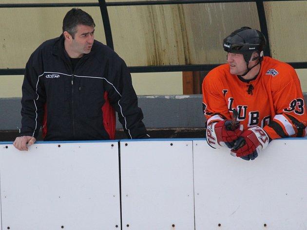 Manažer Petr Bělohlav rokuje na střídačce s hokejistou SKH a bývalým fotbalistou Karlem Váchou.