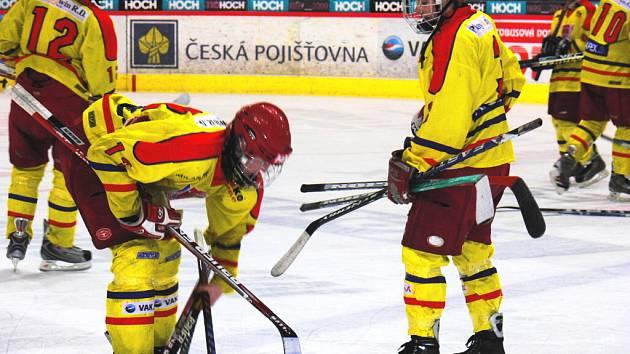 Porážkou na domácím ledě (1:6) ve druhém čtvrtfinále s Libercem skončila dorostencům HC České Budějovice sezona. Na snímku sbírají hole Sedlák (vlevo) s Jirků, vzadu zklamaně odjíždí kapitán týmu Přibyl, jenž teď v klidu může doléčit bolavé tříslo.
