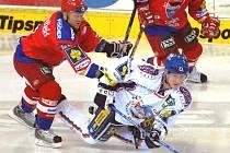 Play off se nehraje v rukavičkách. Přesvědčil se o tom i kladenský Kuchler, kterého poslal na led obránce HC Mountfield Milan Toman. V semifinále čekají Jihočechy Karlovy Vary.