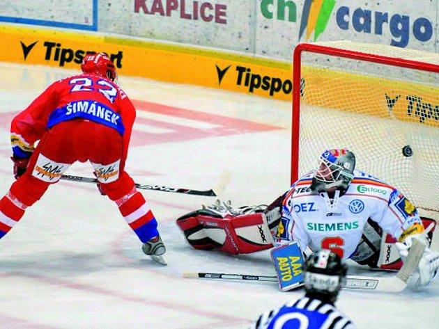 V domácím prostředí hokejisté Mountfieldu podlehli pražské Spartě. Na snímku dává druhý a poslední gól budějovický útočník J iří Šimánek.