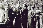 Členové orchestru spolu s šéfem opery JD Karlem Noskem a dramaturgem Janem Voráčkem začátkem 80. let v Trocnově.Fotografie poskytlo Jihočeské divadlo