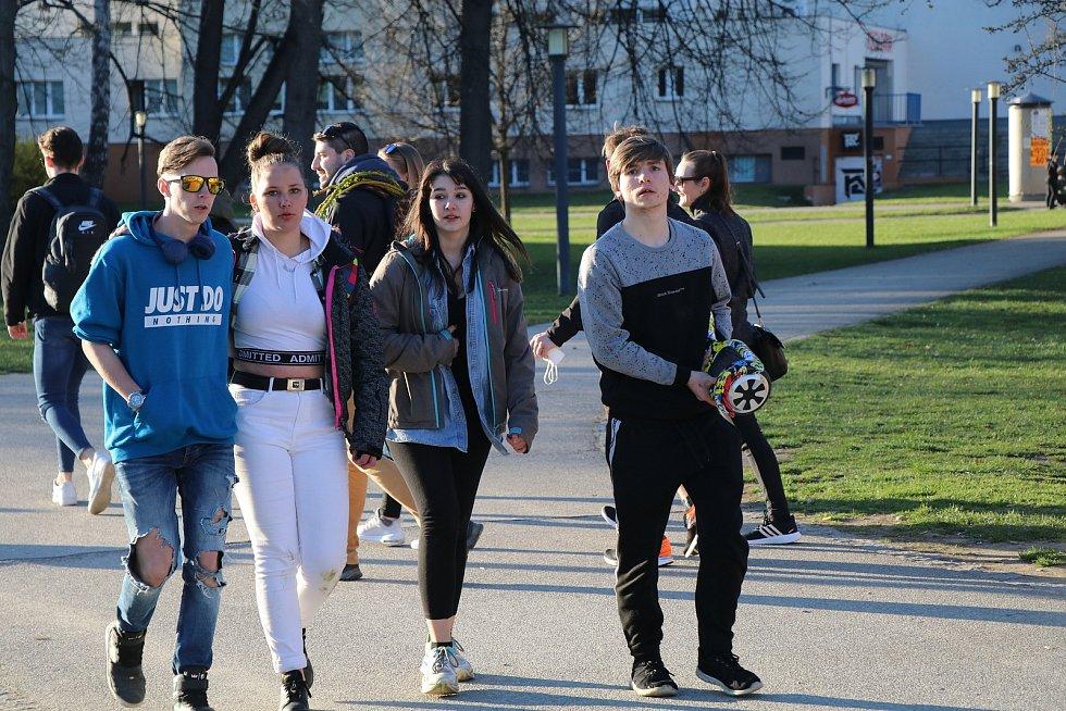 Stovky lidí se v nádherném teplém počasí procházely po Stromovce nebo lenošily na Sokolském ostrově.