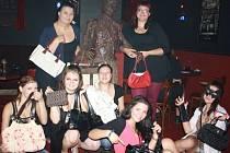 Návštěvnice českobudějovického Nosferatu Horror Baru také darovaly kabelky na charitativní veletrh Deníku.
