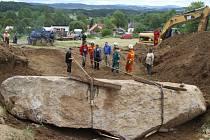 Sedmdesátitunový balvan měří 8,2 metru na délku a 3,6 metru na šířku.