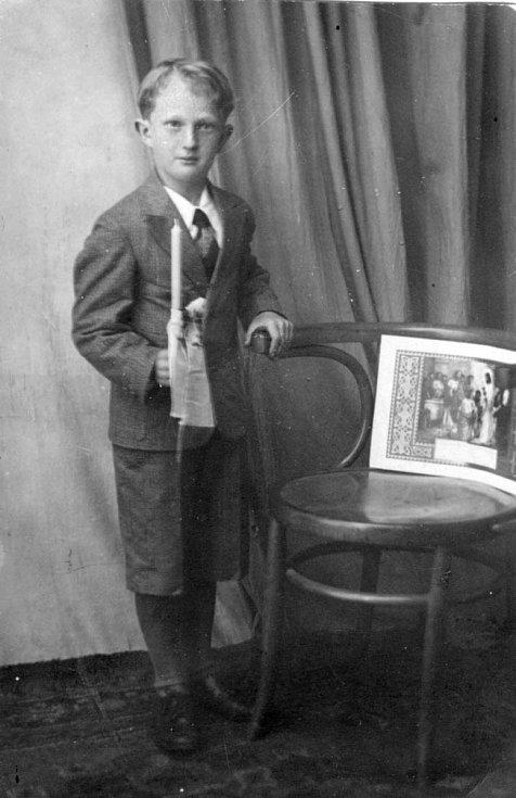 Ladislav Havel, jihočeská legenda, která naučila hrát na housle stovky žáků včetně Pavla Šporcla, slavil 22. května 2015 své 90. narozeniny. Na snímku jako kluk při svatém přijímání.