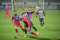 Zdeněk Ondrášek uniká v Č. Budějovicích domácímu Karolu Mészárosovi: Dynamo ČB - Plzeň v I. lize 0:0.