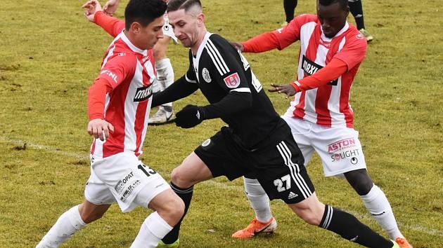 Matěj Mrsič mezi dvěma hráči žižkovské Viktorky. Dynamo v přípravě se Žižkovem totálně propadlo a podlehlo 1:7!