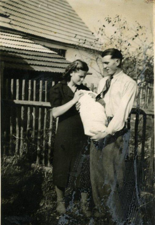 Miroslav Hule jako miminko s rodiči. Jako dítě se dotýkal života každou vteřinu, ale bolestivě nesl hádky rodičů kvůli penězům. Pochází z pěti dětí; táta, topič v šamotce a příležitostný zedník, vydělával málo.