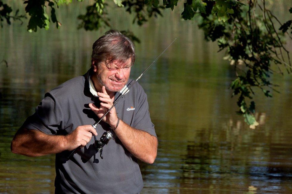 Spisovatel Miroslav Hule, který oslavil 70. narozeniny, chytil svou největší, dvanáctikilovou štiku, když mu bylo 12 let, u Bezdreva. Na snímku u rybníka Přední kouty.