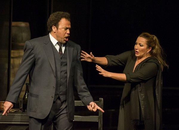 Ruská dramatická sopranistka Olga Romanko hostuje vJihočeském divadle. Zpívá roli Santuzzy vopeře Sedlák kavalír. Na snímku vlevo Lázaro Calderón jako Turiddu.