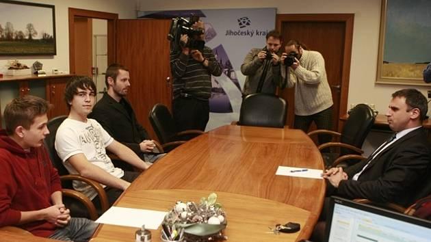Schůzka hejtmana Jiřího Zimoly s protestujícími studenty.