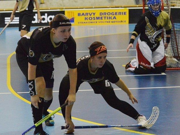 Ústřední postavou FBC United v utkání s Bohemians byla brankářka Petržalová (zcela vpravo). Jedinou branku vstřelila Barbora Skálová (vlevo)