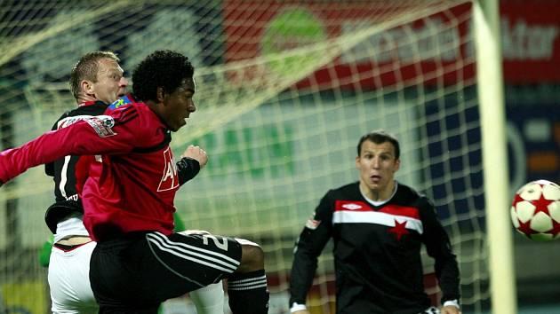 Brazilce Sandro v souboji se slávistou Vlčkem.