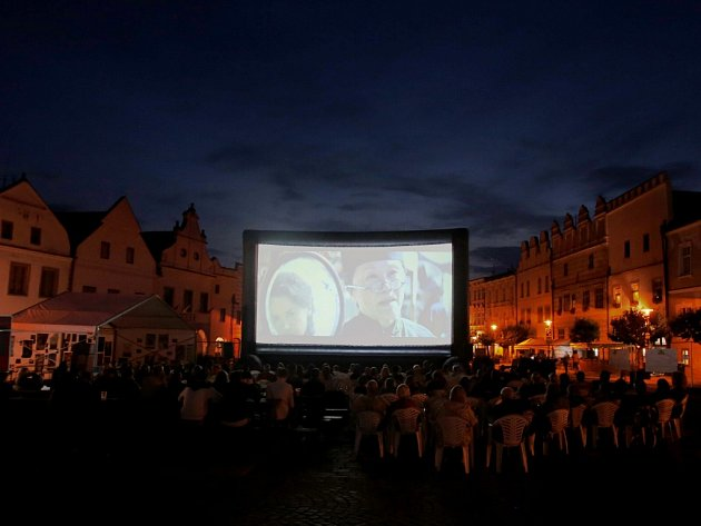 Slavonice Fest přilákal asi 2000 diváků. Na snímku improvizované letní kino, které vyrostlo na náměstí.