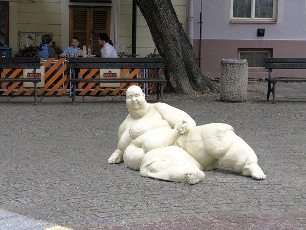 """Od úterý zdobí Piaristické náměstí v Budějovicích opět dílo výtvarnice Světlany Jelenové. Plastika velmi obézní ženy s názvem """"Je libo?"""" vznikla v reakci na krádež dvou ze tří soch žab, které byly vystaveny na začátku června a po pěti dnech zmizely."""