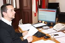 První internetová interpelace primátora ukázala, že si lidé svého okolí dobře všímají. Juraj Thoma zodpověděl padesát tři dotazů.