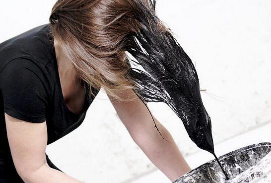 Maluje na plátno svými vlasy.