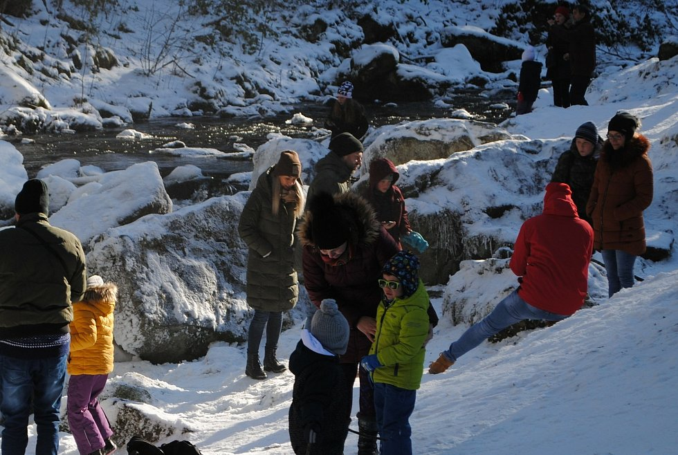 Umělý vodopád a mrazivé azuro v neděli nalákaly davy výletníků do Terčina Údolí u Nových Hradů.