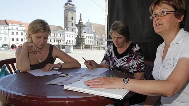 Do improvizované poradny se na téma odvykání kouření přišly s Marií Tichákovou (vpravo) z Národní sítě podpory zdraví poradit  desítky lidí. Byly mezi nimi i Božena Ondrášová (uprostřed) a Martina Zachová (vlevo).