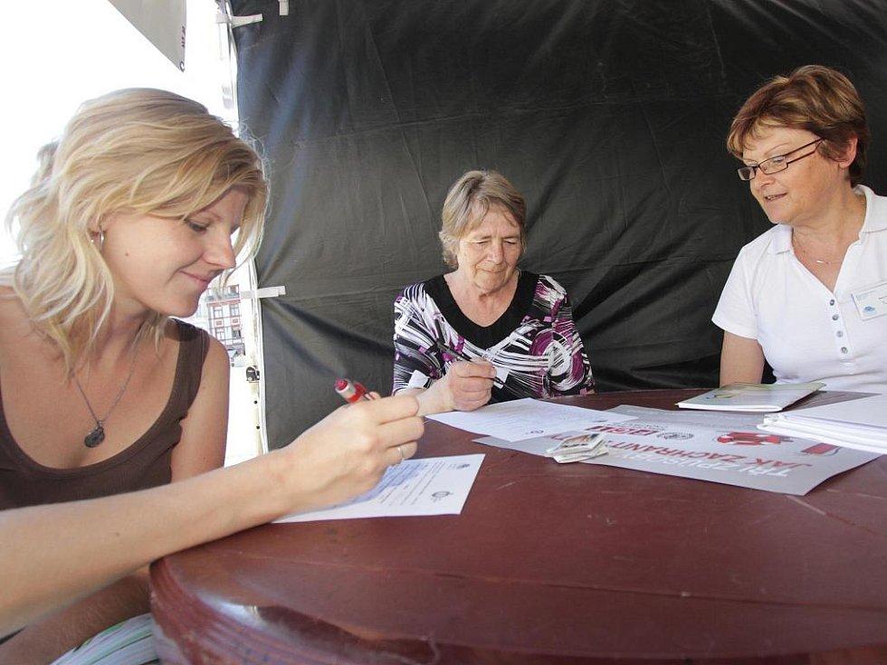 PORADNA. Do improvizované poradny se na téma odvykání kouření přišly s Marií Tichákovou (vpravo) z Národní sítě podpory zdraví poradit  desítky lidí. Byly mezi nimi i Božena Ondrášová (uprostřed) a Martina Zachová (vlevo).