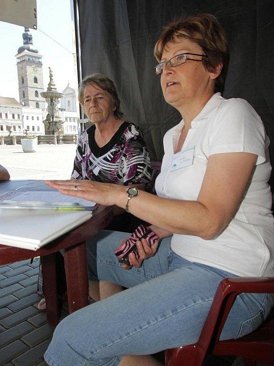Do improvizované poradny se na téma odvykání kouření přišly s Marií Tichákovou (vpravo) z Národní sítě podpory zdraví poradit  desítky lidí. Byly mezi nimi i Božena Ondrášová (vlevo) a Martina Zachová.
