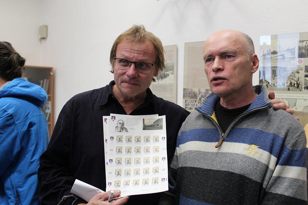 V Trhových Svinech byla 30. listopadu 2018 představena poštovní známka s portrétem JUDr. Emila Háchy, který z města pocházel. Akce se zúčastnili zástupci města i početní zájemci z řad veřejnosti. Vlevo iniciátor vzniku známky Radek Gális, vpravo bývalý st