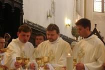 Trojice nových kněží - zleva Jan Mikeš, Tomas van Zavrel a Vojtěch Vágai.
