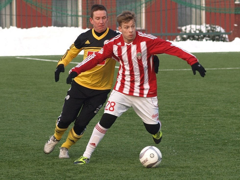 Petr Benát v zápase Dynama se Žižkovem stíhá žižkovského Hřebečka.
