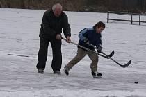 Velice kvalitní led na většině rybníků láká na bruslení pod širým nebem řadu lidí. Nejinak tomu bylo i na Hodějovickém rybníku nedaleko Českých Budějovic.