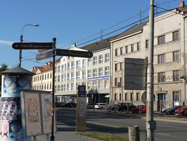 Orientační cedule v centru města stále míří k opuštěné budově okresního ředitelství Policie ČR na Mariánském náměstí v Českých Budějovicích.