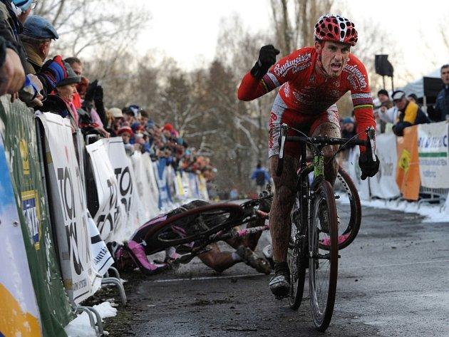 Martin Zlámalík padá poté, co ho Martin Bína dle rozhodčích natlačil na bariéru.