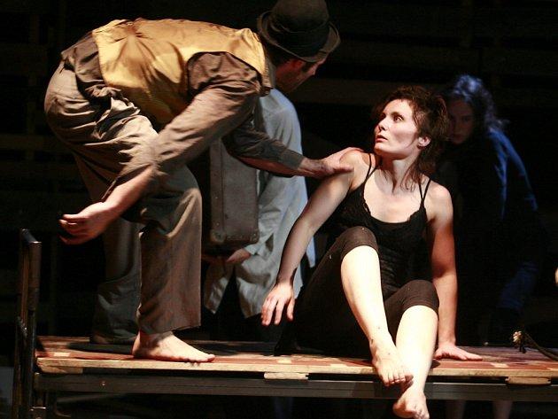 Divadlu Continuo (snímek z představení Sousedé) hrozí zánik, pokud nezíská dotaci z ministerstva kultury.