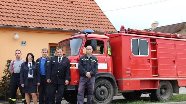 Novohomolští hasiči, zleva Tomáš Homolka, Petra Jakešová, Milan Fessl, Karel Toman a Jiří Červák, a první avie v okrese.