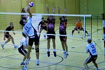 EGE přivezlo další dvě výhry. Na snímku z pohárového utkání útočí univerzál Jihostroje Radek Motys proti obraně EGE.