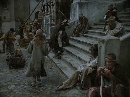Na schodech proboštského kostela vJindřichově Hradci posedávají žebráci, členové spolku Jablonský.