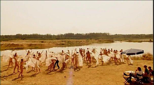 """Desítky nahých komparzistů potřeboval štáb do děje filmu. Místní lidé prý neměli odvahu, """"křoví"""" přijelo vesměs zPrahy."""